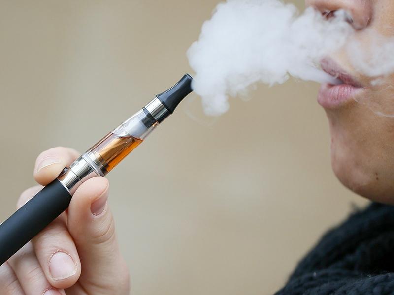 Cigarette électronique : l'étau se resserre sur le tabac